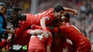 Joie de l'équipe de Liverpool, après avoir marqué contre Manchester City, le 13 avril 2014.