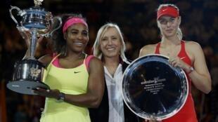 Serena Williams (à esquerda) e Maria Sharapova (à direita) exibem os troféus de campeã e vice do Aberto da Austrália de 2015.
