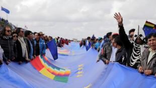 Des Boliviens tiennent le drapeau de 200 km pendant le Jour du «drapeau de la revendication maritime» à la Apacheta, près d'El Alto, en Bolivie, le 10 mars 2018.