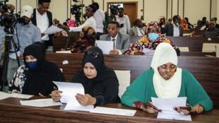 Miembros del Parlamento de Somalia asisten a una asamblea especial en la que el presidente solicita se anule  la extensión de dos años de su mandato presidencial y la convocatoria de  elecciones inmediatas para aliviar la reciente crisis política en Villa Hargeisa, en Mogadiscio, el 1 de mayo de 2021.
