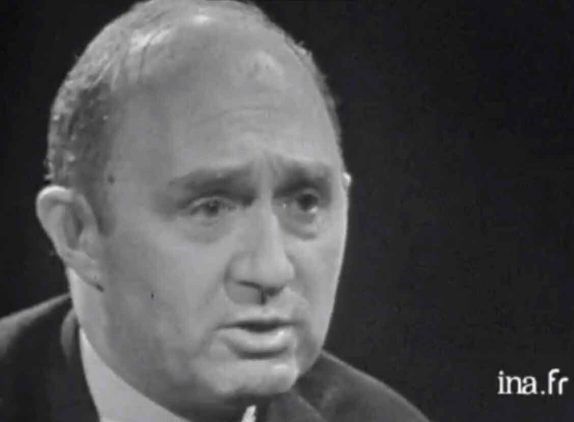 诺伊维尔特1967年接受记者采访,介绍他关于以避孕药疏导生育潮理论的书著。