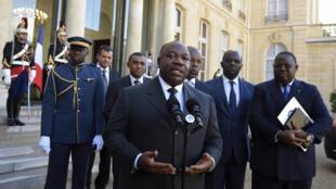 Shugaban kasar Gabon Ali Bongo tare da mukarrabansa, yayin da suka kai ziyara fadar gwamnatin Faransa, a birnin Paris.