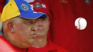 El presidente de Venezuela, Hugo Chávez, observa una pelota de béisbol durante la conferencia de prensa en el Palacio de Miraflores, el 29 de septiembre de 2011.