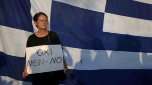 Una mujer manifiesta frente al Parlamento a favor del NO en el referéndum, Atenas, 29 de junio de 2015.