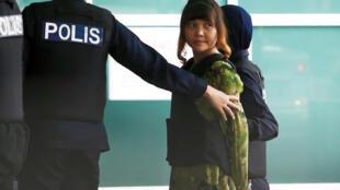 Nghi can người Việt Đoàn Thị Hương được dẫn giải đến khu vực phòng thí nghiệm gần Kuala Lumpur, ngày 09/10/2017.