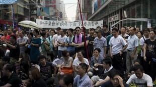 Protesters rally in Mongkok shopping district, Hong Kong 30 Sept. 2014.