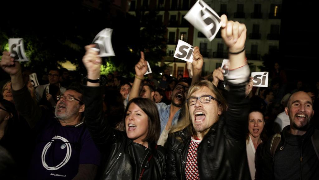 Wafuasi wa chama kipya cha Podemos washeherekea mafanikio ya chama chao katika uchaguzi wakati wa kampeni za uchaguzi, Madrid, Mei 24.