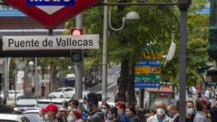 Des Espagnols portent des masques de protection pour éviter la propagation du Covid-19 à la sortie d'une station de métro de Madrid le 19 septembre 2020.