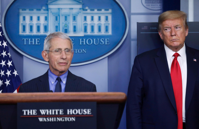 Tổng thống Mỹ Donald Trump và BS. Anthony Fauci, Viện Các chứng bệnh Dị ứng và Nhiễm trùng, trong một buổi họp báo hàng ngày về dịch virus corona, tại Nhà Trắng ngày 17/04/2020.