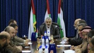 Kiongozi wa kundi la Hamas, Ismail Haniya, (katikati) akihudhuria mkutano wa wakuu wake wa usalama mnamo Januari 13, 2011.