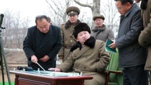 图为朝鲜领导人金正恩视察导弹部队