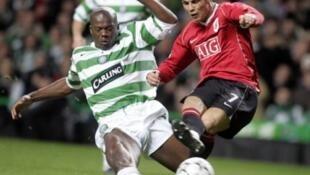 Le guinéen Dianbobo Baldé à la lutte avec le portugais Cristiano Ronaldo.