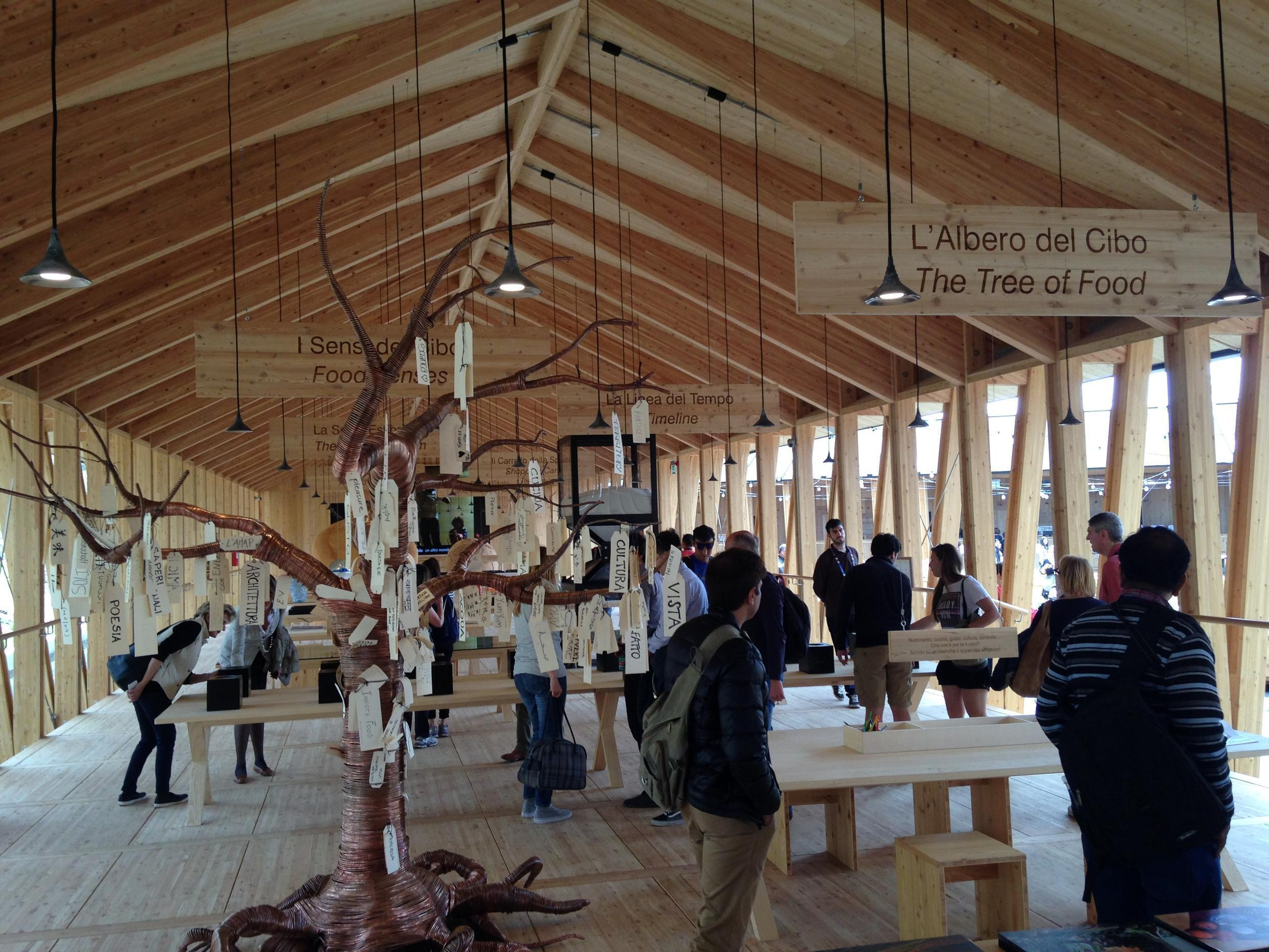 Visitantes passeiam pelo estande do movimento Slow Food na Expo 2015