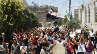Manifestantes anti Bashar al-Asad durante un cortejo fúnebre para Yaser Raqieh, matado según ellos por fuerzas oficialistas, este 5 de junio de 2012.