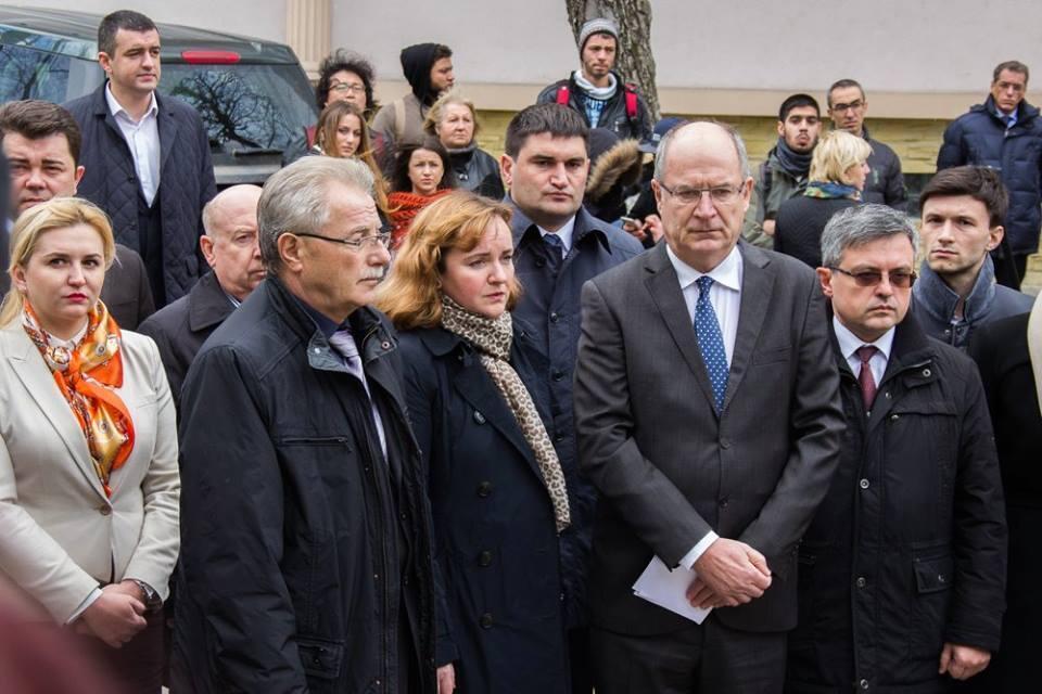 Посол Франции в Молдове Паскаль Вагонь в окружении членов правительства Молдовы.
