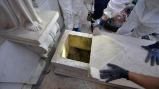 Os túmulos de duas princesas mortas no século XIX foram abertos nesta quinta-feira, 11 de julho de 2019, na esperança de encontrar os restos mortais de uma adolescente desaparecida misteriosamente em Roma há 36 anos.