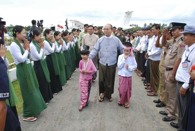 Tổng thống Miến Điện Thein Sein đến thăm Thandwe, bang Rakhine, trung tâm các cuộc xung đột giữa cộng đồng Hồi giáo và Phật giáo ở Miến Điện, ngày 1/10/2013