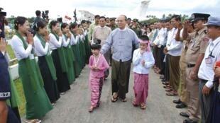 Tổng thống Thein Sein đến thăm Thandwe tiểu bang Rakhine, trung tâm các cuộc xung đột giữa cộng đồng Hồi giáo và Phật giáo hiện nay ở Miến Điện, ngày 1/10/2013