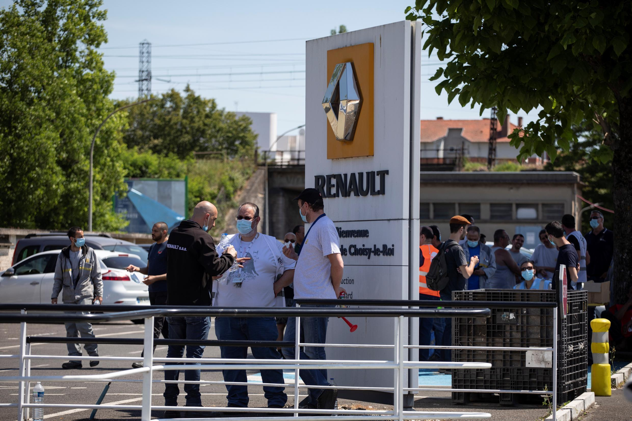 Trade union members gather outside the Renault factory in Choisy-le-Roi, near París, 2 June 2020