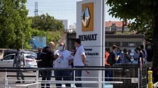 Empleados de Renault y miembros sindicales se reúnen frente a la planta Choisy-le-Roi, cerca de París, el 2 de junio de 2020