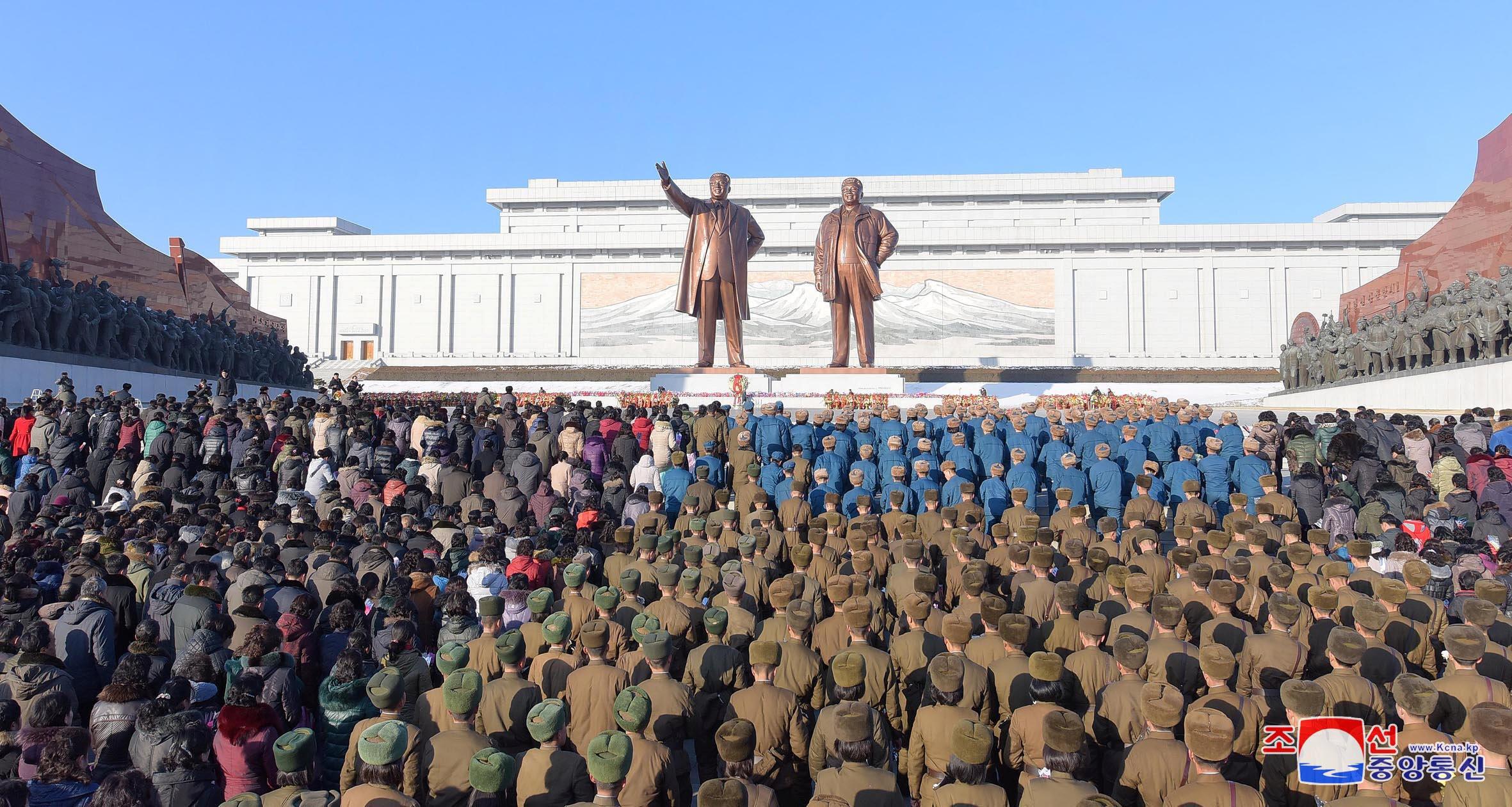 Người Bắc Triều Tiên đến viếng tượng của Kim Nhật Thành và Kim Jong Il tại Bình Nhưỡng, nhân ngày giỗ thứ 6 của Kim Jong Il 17/12/2017. Ảnh do hãng thông tấn Bắc Triều Tiên KCNA cung cấp..