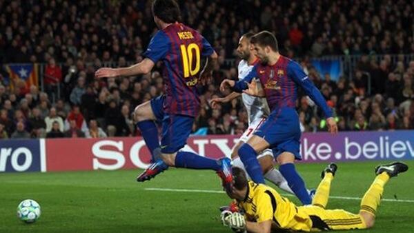 Mchezaji wa FC Barcelona Lionel Messi akifunga moja ya bao kati ya magoli matano aliyoifungia timu yake jana kwenye mchezo wa ligi ya mabingwa Ulaya