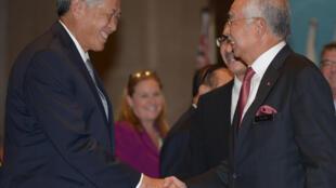 Bộ trưởng Quốc Phòng Singapore Ng Eng Hen (T) bắt tay thủ tướng Malaysia Najib Razak tại cuộc gặp ở Subang, ngoại ô Kuala Lumpur, Malaysia, ngày 04/11/2016
