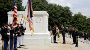 Thủ tướng Singapore Lý Hiển Long (Lee Hsien Loong) viếng Mộ chiến sĩ vô danh, nghĩa trang Arlington, tiểu bang Virginia, ngày 01/08/2016.