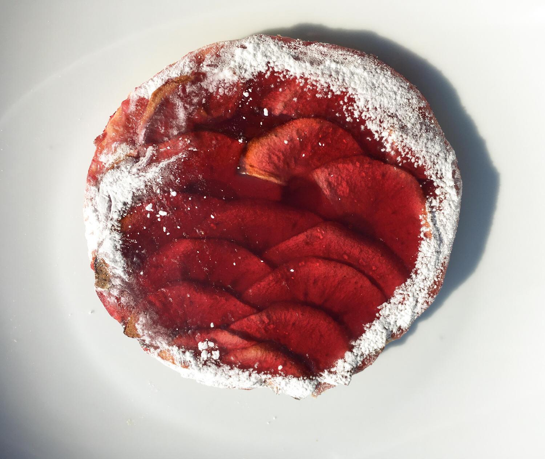 Открытый пирог с начинкой из винного варенья