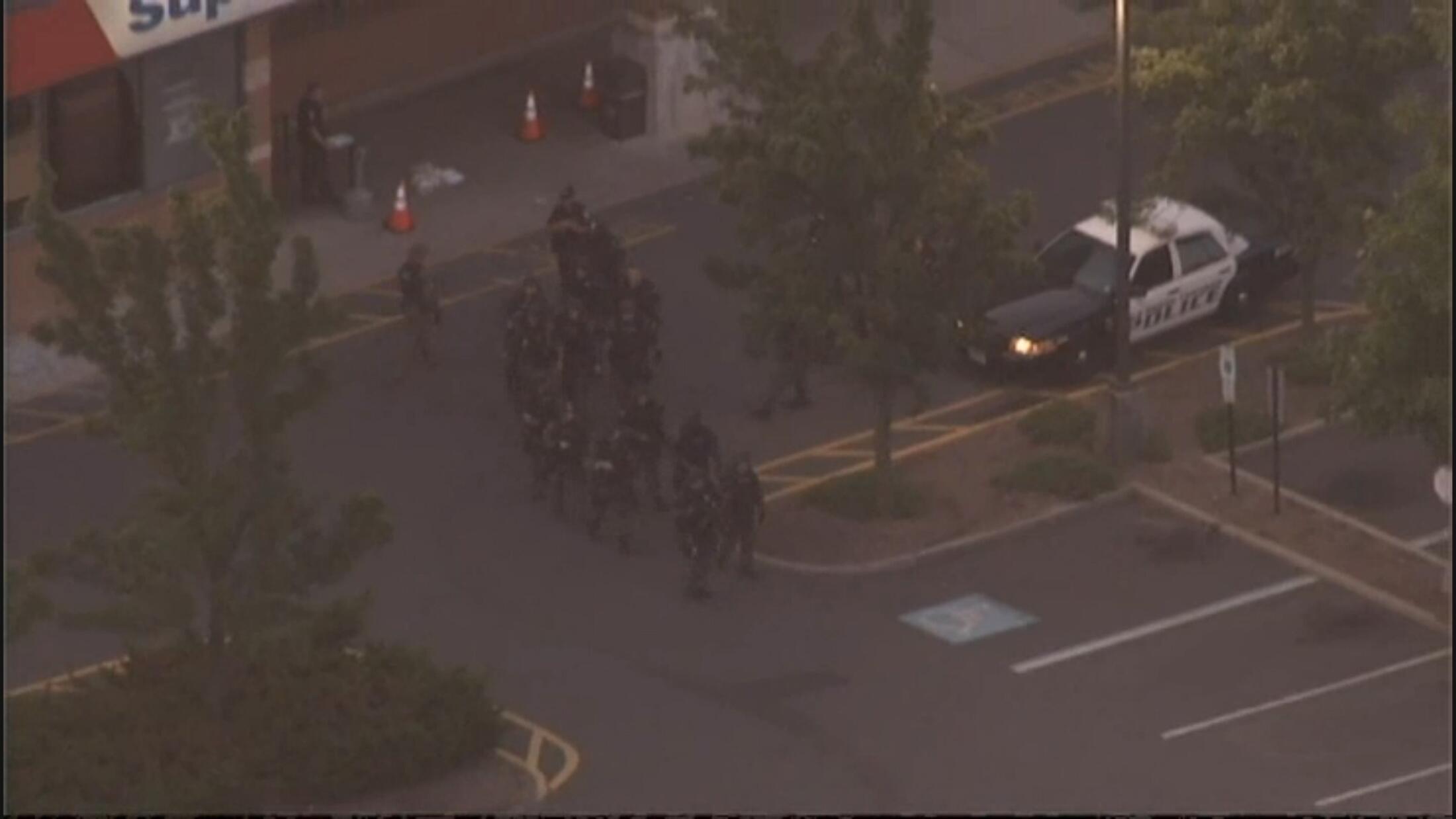 Imagem aérea da televisão local mostra policiais americanos na frente do supermercado onde ocorreu tiroteio nesta sexta-feira, na cidade de Old Bridge.