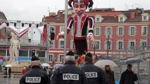 Policiais patrulham a região onde acontecerá o tradicional Carnaval de Nice, no Sul da França, em foto deste domingo, 15 de fevereiro de 2015.