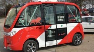 Une navette autonome est expérimentée dans le quartier d'affaires Confluence à Lyon.