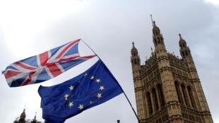 Cờ Vương Quốc Anh và cờ Liên Hiệp Châu Âu bên ngoài Nghị Viện Anh ở Luân Đôn.