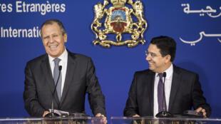 Le ministre marocain des Affaires étrangères Nasser Bourita (d) avec son homologue russe Sergueï Lavrov, lors d'une conférence de presse à Rabat, le 25 janvier 2019.