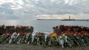 دستههای گل به یاد قربانیان سقوط هواپیما در ساحل دریای سیاه
