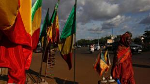 Drapeaux maliens à Bamako, le 24 juillet 2018.