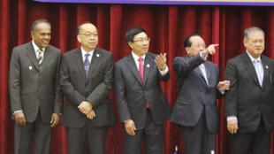 Thượng đỉnh Asean, Phnompenh, 2/4/2012. Từ trái qua phải : các ngoại trưởng Singapore (K Shanmugam), Thái Lan (Surapong Tovichakchaikul) Việt Nam (Phạm Bình Minh), Cam Bốt (Hor Namhong) và Brunei (Lim Jock Seng).