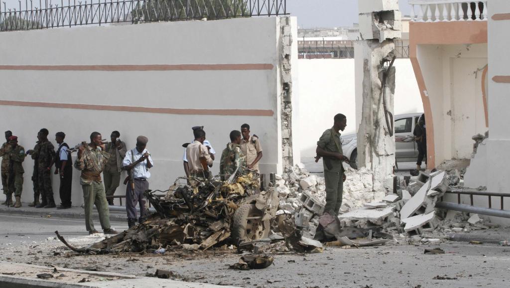 Vikosi vya serikali ya Somalia vikipiga doria baada ya gari iliyotegwa bomu kulipuka katika mjini wa Mogadishu, Alhamisi, Januari 22 mwaka 2015.