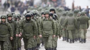 Военные, предположительно российские, под Симферополем 05/03/2014