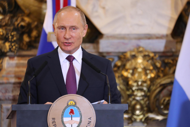 Tổng thống Nga Vladimir Putin họp báo chung với tổng thống Áchentina Mauricio Macri tại Buenos Aires (Áchentina) ngày 01/12/2018.