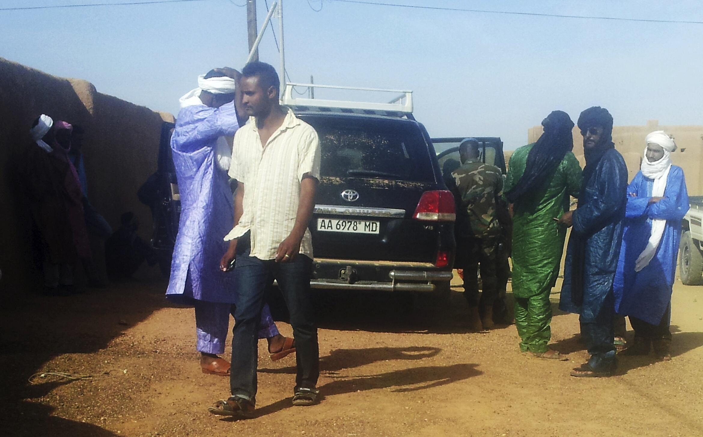 Des membres de la Minusma et du MNLA inspectent le véhicule emprunté par Ghislaine Dupont et Claude Verlon, avant leur enlèvement à Kidal, samedi 2 novembre.