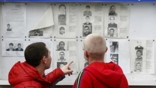 Стенд полиции с фотографиями разыскиваемых в Адлере 22/01/2014