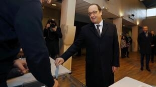 法國總統奧朗德在他的選區投票,2015年12月13號