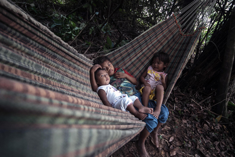 Índios mundurukus em suas terras, que ficam a cerca de 40 minutos a pé do rio Tapajós, em Itaituba, no Pará. 28 de outubro de 2014.