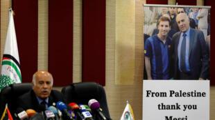 Глава футбольной ассоциации Палестинских автономий Джибриль Раджуб благодарит Лионеля Месси за отказ от товарищеского матча со сборной Израиля. 6 июня 2018 г.