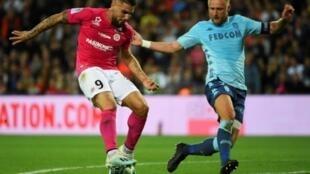 Le buteur montpelliérain Andy Delort (g) à la lutte avec le défenseur de Monaco Kamil Glik le 5 octobre 2019 au stade de la Mosson à Montpellier