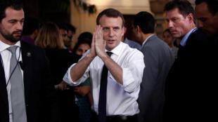 Le président français Emmanuel Macron salue des étudiants après un meeting à New Delhi, le 10 mars.
