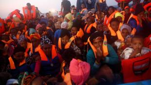 Mais de 300.000 migrantes e refugiados cruzaram o Mediterrâneo desde o início de 2016
