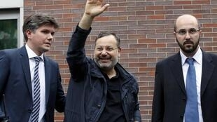 Plusieurs dizaines de soutiens d'Ahmed Mansour (centre) étaient venus saluer la libération du journaliste, lundi 22 juin, au palais de justice de Berlin.