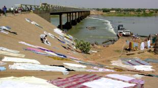 Le pont de Kayes enjambant le fleuve Sénégal et la chaussée submersible.